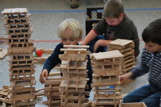 Großes Holzspektakel in Grundschulen Hausbau